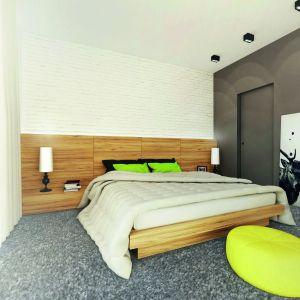 W sypialni bardzo modnie wykończono ścianę za łóżkiem – zastosowano tu białą cegłę. Wnętrze ożywiają soczyste dodatki. Dom: Ambrozja 3. Projekt: arch. Tomasz Sobieszuk, Domy w Stylu