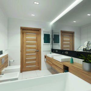 Łazienkę zaprojektowano w ponadczasowym zestawieniu bieli i czerni z dodatkiem drewna. Dom: Ambrozja 3. Projekt: arch. Tomasz Sobieszuk, Domy w Stylu