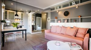Choć wnętrza tego dwupokojowego mieszkania wydają się nieco eklektyczne, w sumie tworzą przytulną i zgrabną całość. Zestawienie bieli, szarości i brudnego różu spaja, a jednocześnie nadaje charakter aranżacji.