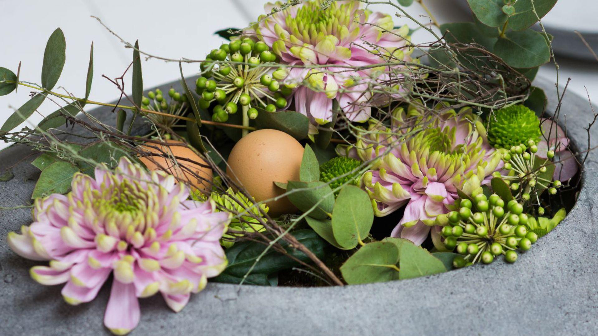 Wielkanocne dekoracje z chryzantemami. Kompozycje: Szkoła Florystyczna Małgorzaty Niskiej. Fot. Olga Borowska