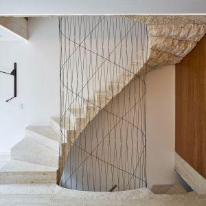Od spodu trawertynowe stopnie zostały tylko z grubsza ociosane, zachowując surowy wygląd bloków wprost z kamieniołomu.Projekt i zdjęcia: Amin Taha Architects
