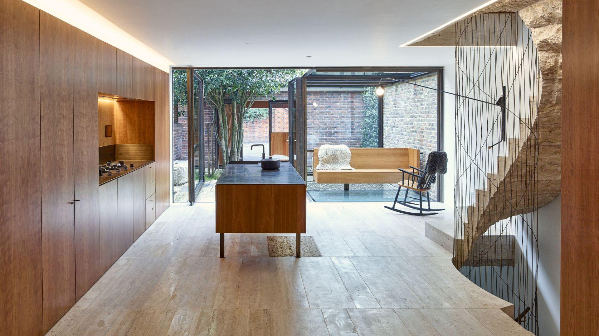 Stosując w wystroju tradycyjne drewno wiśni amerykańskiej w dużych przestrzeniach mieszkalnych udało się stworzyć stylowe, a jednocześnie przytulne wnętrza. Projekt i zdjęcia: Amin Taha Architects