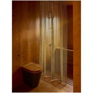 Drewno wiśni amerykańskiej, twarde i stabilne po wysuszeniu, daje się łatwo barwić, idealnie nadając się do wykończenia różnorodnych powierzchni. Projekt i zdjęcia: Amin Taha Architects