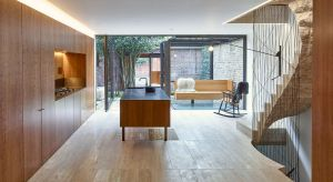 Obecni właściciele londyńskiego domuz połowy XX w. pragnęli zachować otwarty plan wnętrz.Chcieli wykorzystać w aranżacji materiały zgodne ze swoimi upodobaniami: naturalne i przyjemne w dotyku.