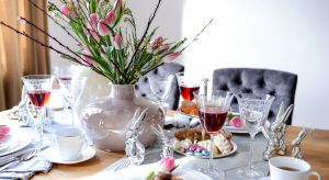 Romantycznie czy minimalistycznie, nowocześnie czy naturalnie? Jak udekorować stół na Wielkanoc? Zobacz propozycje dekoracji i wybierz styl, który najbardziej Ci odpowiada.