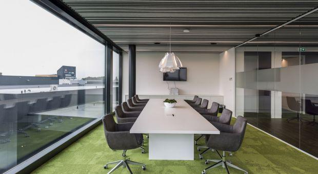 Filcowe rozwiązania sufitowe w przestrzeni biurowej