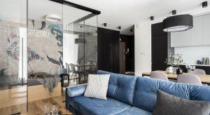 Niewielki apartament na wynajem urządzono w naturalnej palecie kolorystycznej, z dużym naciskiem na czerń. To jednak nie duże połacie czerni są clou aranżacji wnętrza, a całkowicie przeszklona... sypialnia.