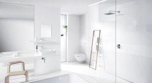 Popularne trendy w aranżacji wnętrz w oczywisty sposób przekładają się również na wzornictwo produktów i akcesoriów łazienkowych.