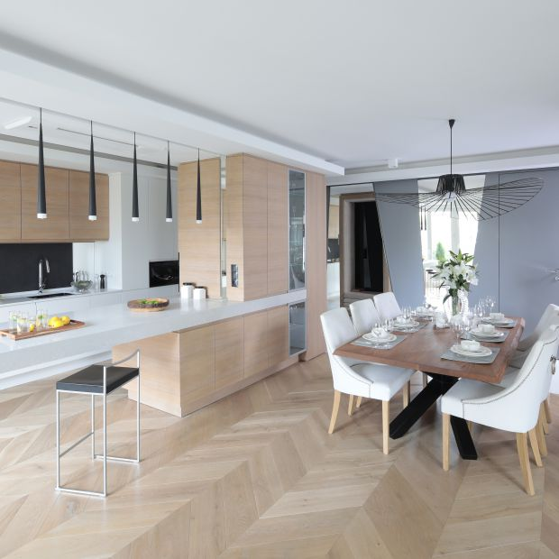 Biała kuchnia ocieplona drewnem - piękne wnętrze
