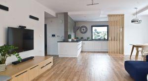 """Wystrój tego dwukondygnacyjnego domu miał być stonowany, w myśl wyznawanej przez architekt zasady, iż """"wnętrze ma być tłem dla domowników"""". Wizja inwestora zakładała jasne, przestronne wnętrza z wygodną strefą dzienną. Inspiracją stał"""