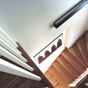 Piętro domu to strefa prywatna, w której znajdują się trzy sypialnie oraz łazienka z pomieszczeniem gospodarczym, pełniącym także funkcję pralni. Projekt: Agnieszka Noworzyń (pracownia i-2)