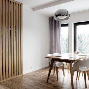"""""""Drewniana ścianka"""" powstała przede wszystkim jako zawężenie strefy kuchni, a tym samym wydzielenie jadalni. Projekt: Agnieszka Noworzyń (pracownia i-2)"""