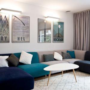 """""""Wnętrze ma być tłem dla domowników"""", ale dzięki zastosowaniu mocnego akcentu w postaci kolorowej sofy, salon nie jest nudny. Projekt: Agnieszka Noworzyń (pracownia i-2)"""