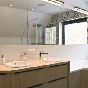 Kolorowa mozaika w postaci płytek ceramicznych w łazience to pomysł inwestora. Projekt: Agnieszka Noworzyń (pracownia i-2)