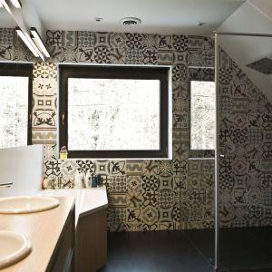 Wzorzysta ściana pełni funkcję dekoracyjną. Jest pierwszą powierzchnią, którą widzi każdy wchodzący do łazienki. Projekt: Agnieszka Noworzyń (pracownia i-2)