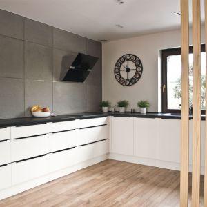 Wnętrza przestronnego domu kryją wiele przemyślanych schowków, np. szuflady na kuchenne drobiazgi. Projekt: Agnieszka Noworzyń (pracownia i-2)