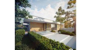 Otoczony zielenią dom to miejsce idealne dla miłośników obcowania z pięknem przyrody. Duża ilość przeszkleń od strony ogrodu, pozwala podziwiać i cieszyć się pięknem natury. Sprawia też, że wnętrza domu są odpowiednio doświetlone.