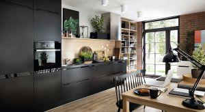A może by tak zamiast bieli i szarości wybrać do kuchni ciemną, stonowaną kolorystykę? Matowe wykończenia oraz naturalne materiały zapewnią jej elegancki wygląd i luksusowy charakter.