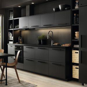 Seria frontów KUNGSBACKA, które zostały wykonane z drewna i butelek PET z recyklingu. W czarnym matowym wykończeniu pomogą zaaranżować modną kuchnię. Meble dostępne w ofercie IKEA. Fot. IKEA