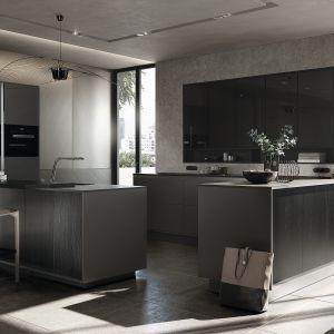 Meble kuchenne z kolekcji Pure dostępne w ofercie firmy SieMatic to niezwykle elegancka propozycja aranżacji kuchni otwartej. Matowe wykończenie drewnianych frontów podkreśla jego usłojenie. Fot. SieMatic