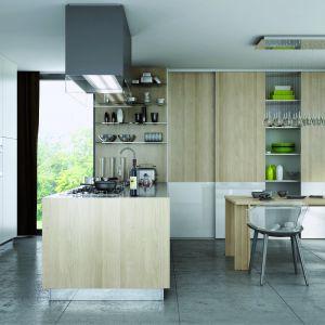 Szafa z drzwiami przesuwnymi ze względu na swoją pojemność i funkcjonalność daje szerokie pole do popisu osobom urządzającym zarówno duże, jak i małe kuchenne wnętrza. Fot. Komandor