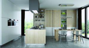 Kiedyś szafa przesuwna królowała głównie w przedpokojach i sypialniach, a dziś swoje miejsce znalazła również w kuchni, jako element funkcjonalnej i designerskiej zabudowy.