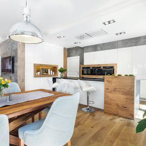 Kuchnia otwarta na salon. Na zdjęciu: meble kuchenne dostępne w ofercie firmy A&K Kuchnie. Fot. A&K Kuchnie