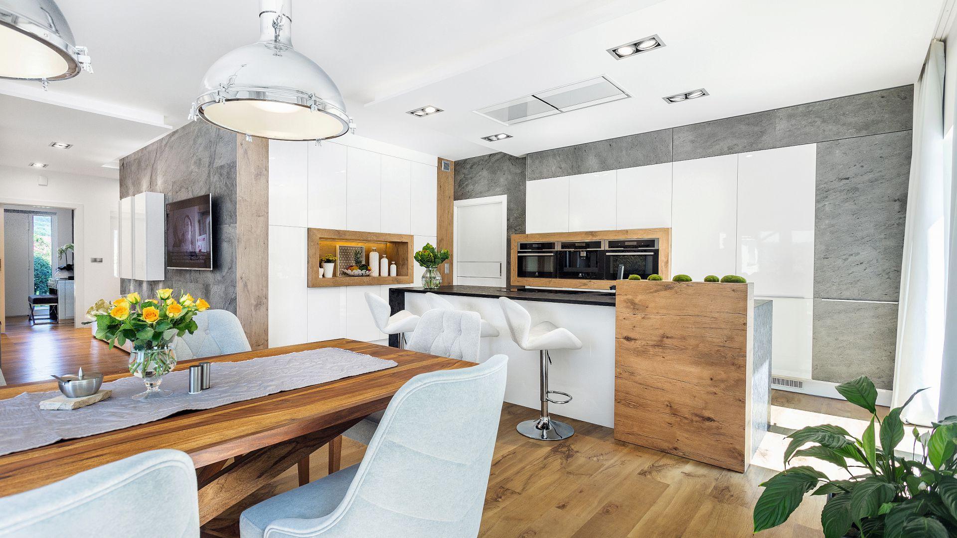 Przestronna kuchnia urządzona została w stylu skandynawskim. Króluje tu ponadczasowa kolorystyka świadomie nawiązująca do górskich krajobrazów. Fot. Studio Kuchenne A&K