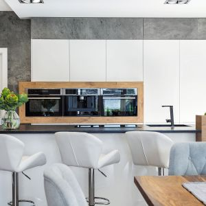 Elegancki wygląd kuchni idzie w parze z funkcjonalnością. W wysokiej zabudowie za wyspą zabudowane zostały wszystkie sprzęty AGD. Fot. Studio Kuchenne A&K