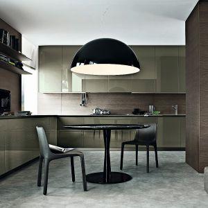 Kuchnia otwarta na salon. Na zdjęciu: meble kuchenne dostępne w ofercie firmy Poliform. Fot. Poliform