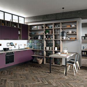 Kuchnia otwarta na salon. Na zdjęciu: meble kuchenne dostępne w ofercie firmy ARAN Cucine. Fot. ARAN Cucine