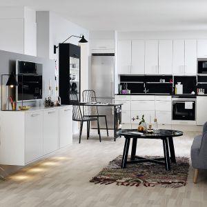 Kuchnia otwarta na salon. Na zdjęciu: meble kuchenne dostępne w ofercie firmy Marbodal. Fot.Marbodal