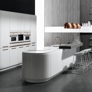 Kuchnia otwarta na salon. Na zdjęciu: meble kuchenne dostępne w ofercie firmy Rational. Fot. Rational