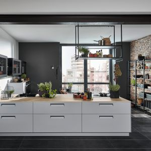 Kuchnia otwarta na salon. Na zdjęciu: meble kuchenne dostępne w ofercie firmy Nolte. Fot. Nolte