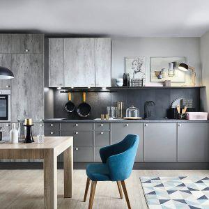 Kuchnia otwarta na salon. Na zdjęciu: meble kuchenne dostępne w ofercie firmy Blacka Red White. Fot. Black Red White