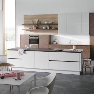 Kuchnia otwarta na salon. Na zdjęciu: meble kuchenne dostępne w ofercie firmy Alno. Fot. Alno