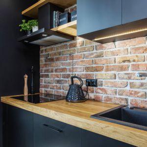 Mała kuchnia w bloku. Projekt: Karolina Karwowska. Fot. Michał Młynarczyk
