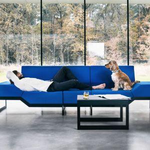 Sofa Belong dostępna jest między innymi w tkaninie Blazer - wełnie o fakturze miękkiego filcu oraz Synergy ze szlachetnej wełny nowozelandzkiej dostępnej w ponad 80 odcieniach.  Fot. Vank