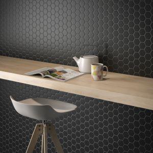 Płytki ceramiczne do kuchni. Kolekcja Rock Art Hexagono Mini Negro. Fot. Roca