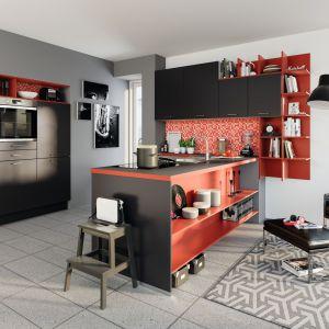 Kuchnia otwarta na salon. Na zdjęciu: meble kuchenne dostępne w ofercie firmy Pino. Fot. Pino