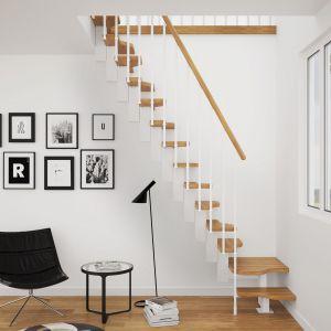 Schody Mini Plus ze stopniami z litego dębu w kolorze natura, balustradą Tube 25 malowaną na biało oraz pochwytem w kolorze stopni. Fot. Rintal Polska