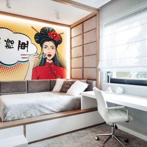 Fototapeta na ścianie przy łóżku - najmocniejszy akcent w tym pokoju, została zaprojektowana na indywidualne zamówienie. Napis, który przedstawia, został specjalnie przetłumaczony i oznacza imię dziewczynki: Zosia. Projekt: Eliza Polakiewicz (EP Studio). Zdjęcia: Marcin Mentel.