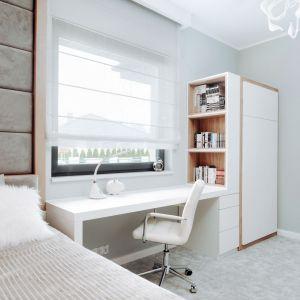 W pokoju znalazło się też miejsce na pojemną szafę, regały na książki oraz funkcjonalne biurko do odrabiania lekcji. Projekt: Eliza Polakiewicz (EP Studio). Zdjęcia: Marcin Mentel.