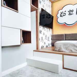 Konstrukcja łóżka, zaprojektowanego i wykonanego na zamówienie, miała na celu imitację baldachimu. Szuflady, znajdujące się na wysokości stopni, pełnią praktyczną funkcję pojemnika na pościel. Projekt: Eliza Polakiewicz (EP Studio). Zdjęcia: Marcin Mentel.
