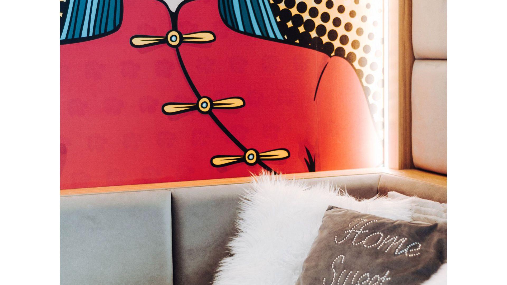 Projektantka pomyślała też o wygodnej funkcji wyłączania światła przy łóżku - zarówno lampy wiszącej, jak i oświetlenia LED wokół fototapety. Projekt: Eliza Polakiewicz (EP Studio). Zdjęcia: Marcin Mentel.