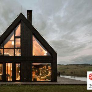 Nagrodzony Red Dotem projekt to górska chata położona na malowniczym półwyspie Stylchyn. Projekt i zdjęcia: Monika i Adam Bronikowscy, Grupa Projektowea HOLA