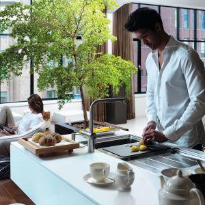 Zlewozmywak stalowy z linii Frames by Franke poprawia komfort pracy w kuchni. Pierwszorzędne wzornictwo, dbałość o detale oraz wysokiej jakości materiały to najważniejsze cechy modelu FSX 251 TPL. Cena: 3.499 zł. Fot. Franke