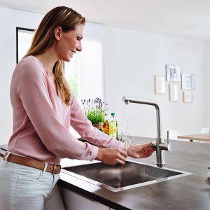 System Blue® Home umożliwia pozyskiwanie krystalicznie czystej, schłodzonej wody wprost z kuchennej baterii. Bateria składa się ze specjalnej chłodnicy z wbudowanym filtrem i saturatorem. Cena: od 5.670 zł. Fot. Grohe
