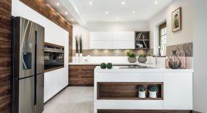 Jak sprawić, aby kuchnia była ciepła w odbiorze i tętniła życiem rodzinnym, zachęcając do wspólnego gotowania i długich rozmów przy kuchennym stole?Drewno to sprawdzony przepis na ciepłą i przytulną aranżację.