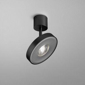 Nowoczesne oświetlenie w postaci minimalistycznie zaprojektowanych opraw czy wiszących reflektorów możemy wykorzystać w wielu współczesnych wnętrzach. Na zdjęciu kolekcja Kari. Fot. AQForm